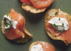 Ba_smoked_salmon_with_black_pepper_potato_chips_and_lemon_creme_fraiche_h