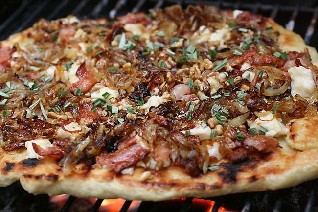 Grilled onion and gorgonzola pizza